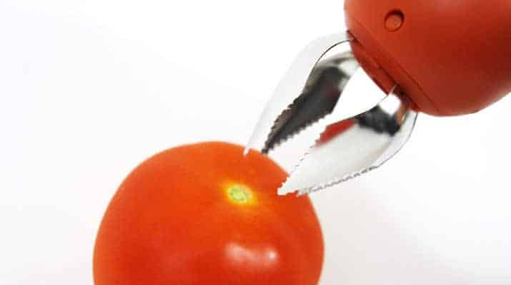 Opening the claws on the chefn hullster tomato corer